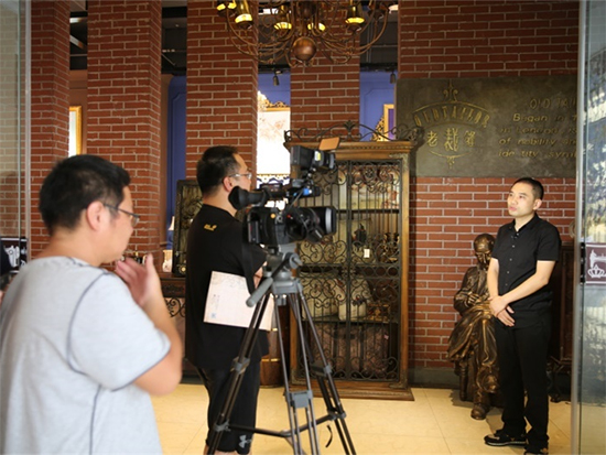 節目組采訪老裁縫家紡董事長余小波