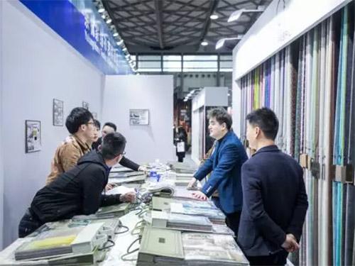 图为余杭展区贸易洽谈图