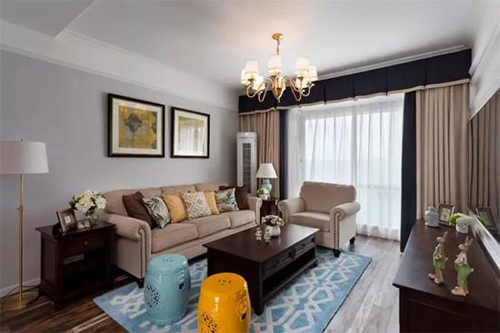 窗帘色与沙发同色