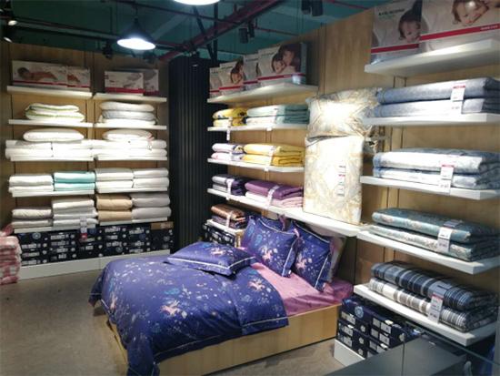 多喜爱家纺专卖枕芯套件陈列