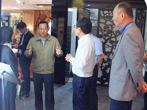 考察团首先参观了雨兰艺术中心