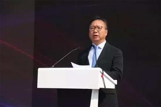 (中国纺织工业联合会会长孙瑞哲先生上台讲话)