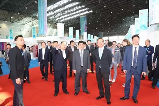 相关领导参观第五届江苏(盛泽)纺织品博览会展馆