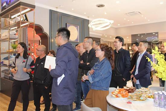 来自全国各地的加盟商还参观了瑞安周边的新门店形象