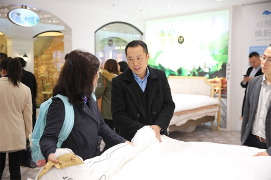 公司副总李总为考察团介绍新工艺产品