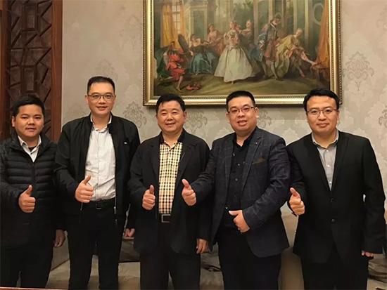与执行主席、仁豪家居董事长尤国忠合影