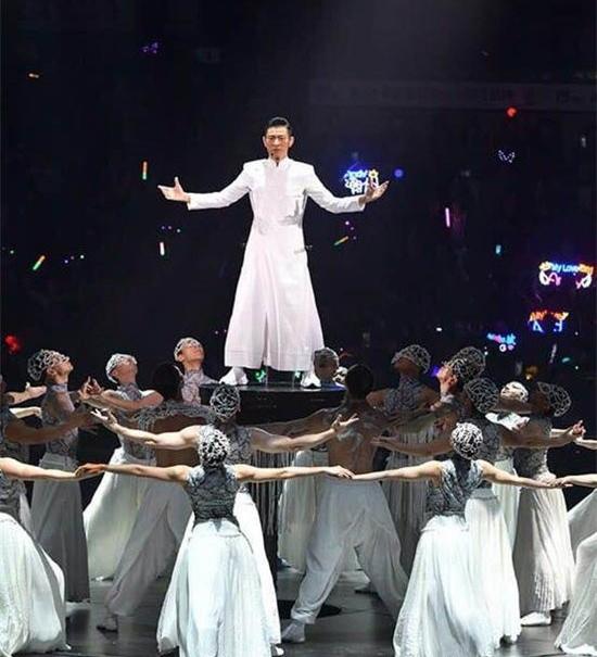 刘德华身穿纯白色中山装出现在粉丝面前