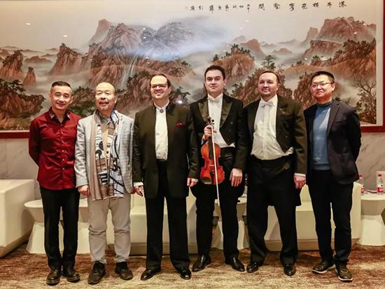 梦洁集团董事长姜天武先生及梦洁集团CEO李菁先生同演奏家们合影