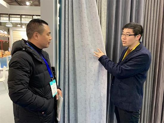 如意屋家居有限公司副总经理钱坤向记者展示了公司的功能性成品窗帘