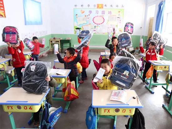 为复兴学校捐赠价值4000余元的文化用品