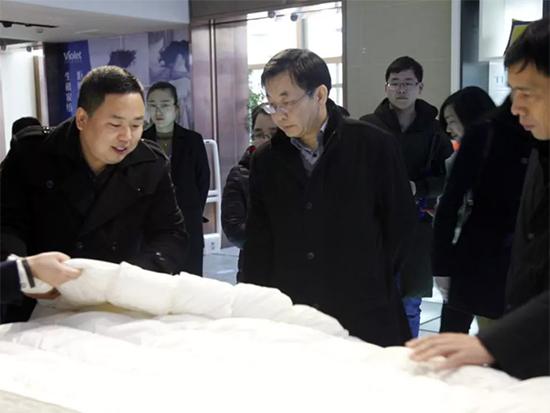 省科协调研组参观紫罗兰科技成果展厅