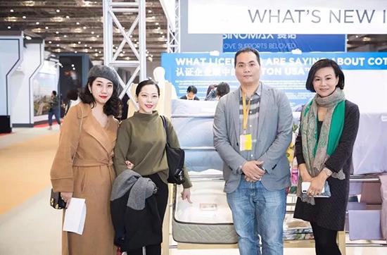 香港雅蘭家纺总经理莫志贵先生、研发部总监张玺楠女士和营业及市场部总监沈佩佩女士,一同参观