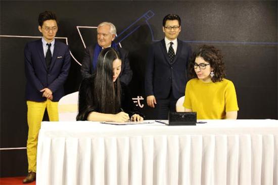 梦洁集团副总裁、梦洁电商子公司总经理何晓霞与BonjourShanghai代表现场签约