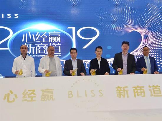 公司董事长李裕陆、集团董事长李来斌与领导嘉宾开启战略启动仪式