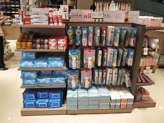 店内陈列个人身体护理产品区