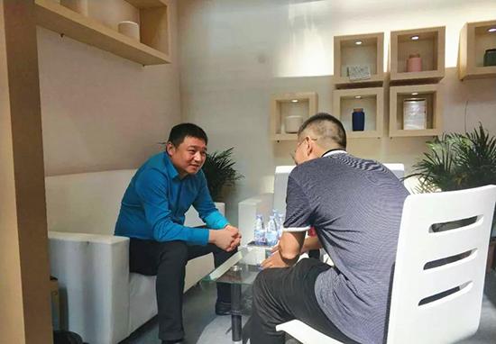 家纺四公司总经理闫永选先生与客户洽谈