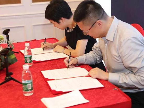 中国联通负责人、梦洁家纺负责人签订战略协议书