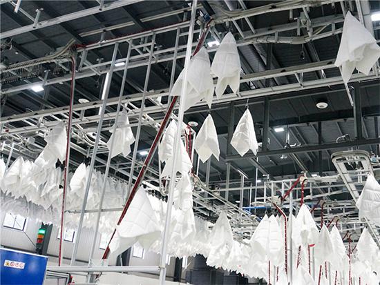 自动化抓手将棉被运往人工区