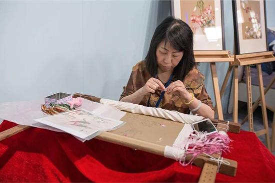 沈绣绣娘现场刺绣,一针一线展示中华传统文化的魅力