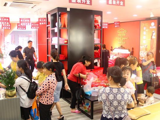 雨兰家纺南康店开业当天