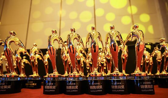 罗莱生活总裁薛嘉琛先生等诸位领导为2018年度表现卓著的加盟商进行了隆重颁奖