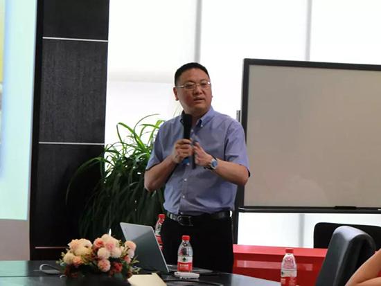 刘总为加盟商讲解真爱品牌的发展战略