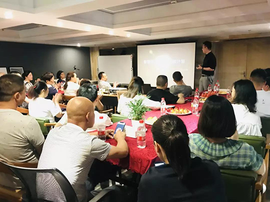 副总桂榛先生给现场的家人们带来《新零售运营策略》