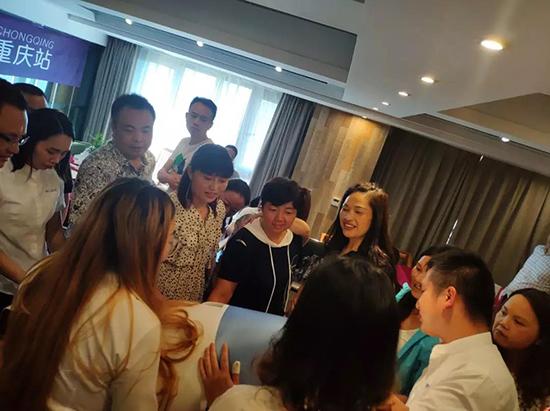 现场培训中各为加盟商家人们互动探讨