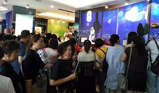 """聯公司施燕華女士首先發布了""""三聯家紡2019秋冬新品流行趨勢"""""""