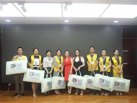 谢老师为胜出的团队颁发了奖品
