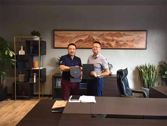 梦洁集团CEO 李菁(右)和梦洁家居总经理 谢志(左)