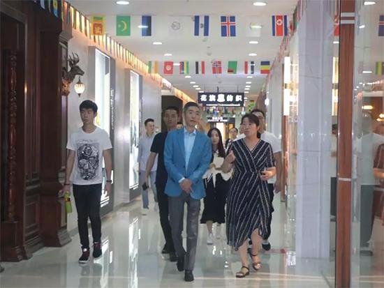 殷晓红董事长与荣煜伟秘书长就两地产业优势、资源优势、合作发展潜力等进行了充分交流