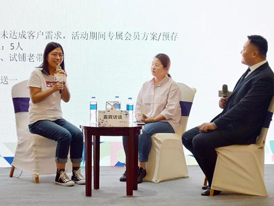 (左起)太原客戶經理閆虹女士、福州加盟商謝碧玉女士、恐龍公司銷售經理程磊先生