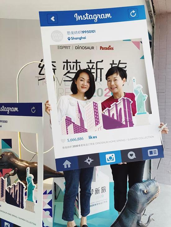 恐龍公司總經理顧新艷女士(左)與Paradies品牌方代表楊敏女士(右)在訂貨展廳合影