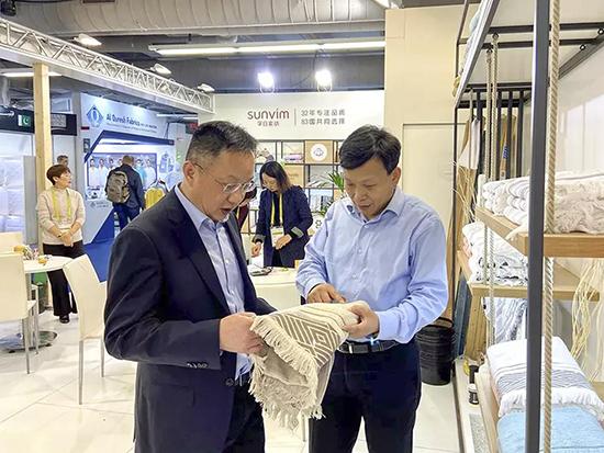 中國家紡協會會長楊兆華參觀展位