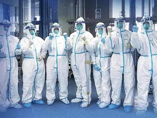 佩戴必备的口罩和护目镜,身着有效隔绝感染源的防护服