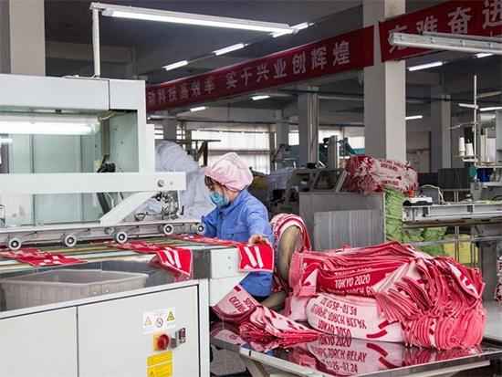 工人正在生产东京奥运会产品