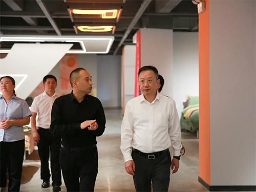 董事长向杨会长介绍老裁缝的产品定制模式
