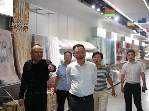 董事长向杨会长介绍老裁缝的产品定制模式1